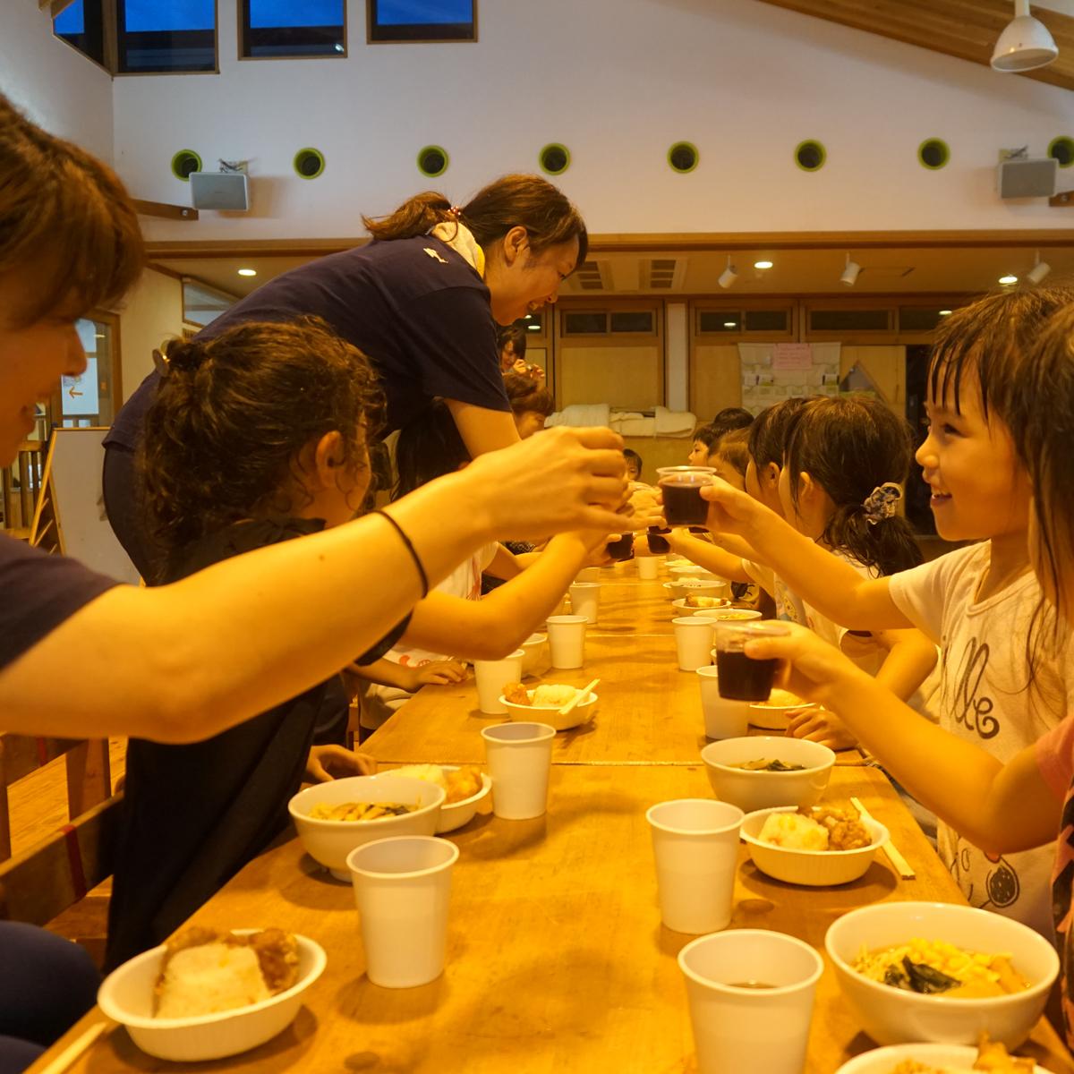 所沢市のあかね保育園のお泊まり合宿の夕食の画像
