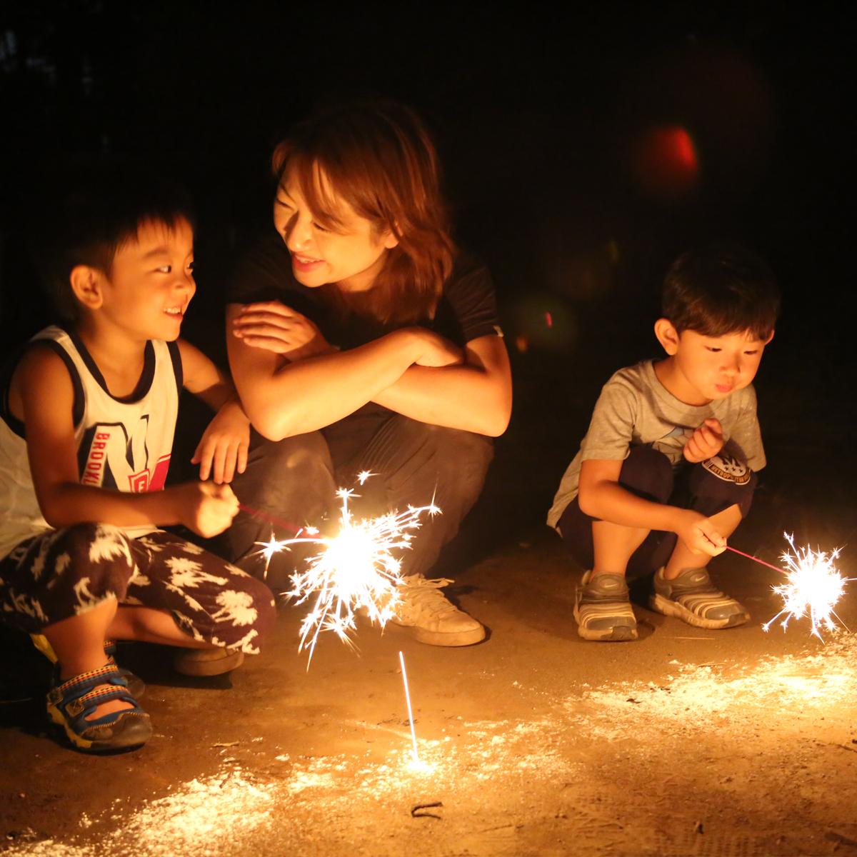 所沢市のあかね保育園のお泊まり合宿の花火の画像