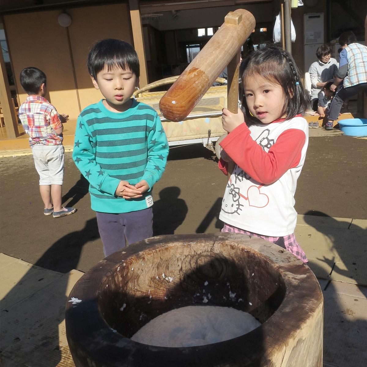 所沢市のあかね保育園の餅つきと子どもの画像