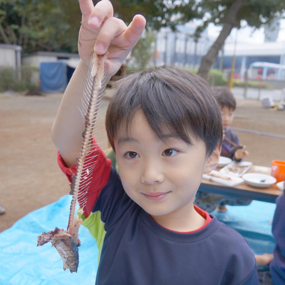 所沢市のあかね保育園のサンマ焼きパーティーの子どもとサンマと骨の画像