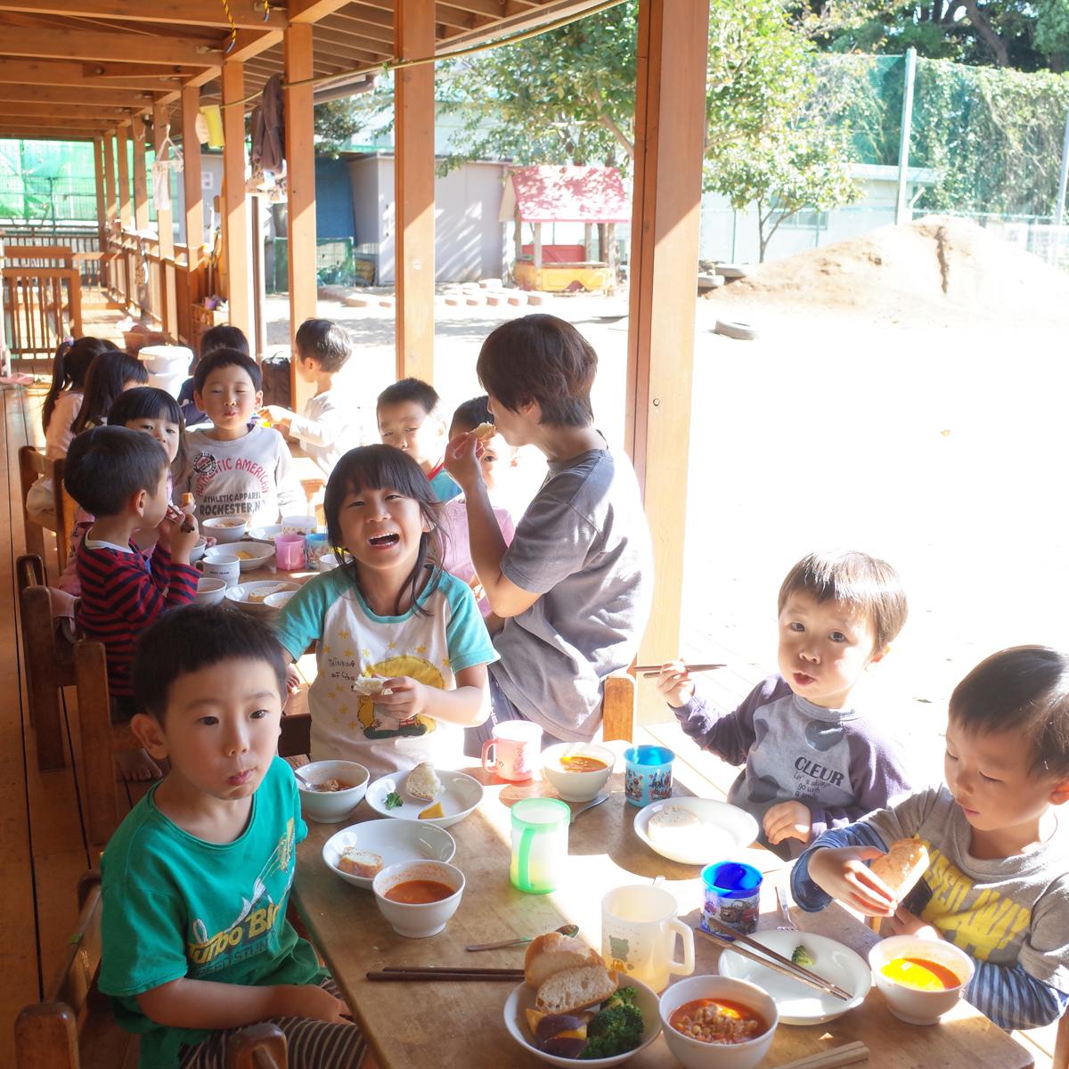 所沢市のあかね保育園のテラスでお昼ご飯を食べる画像