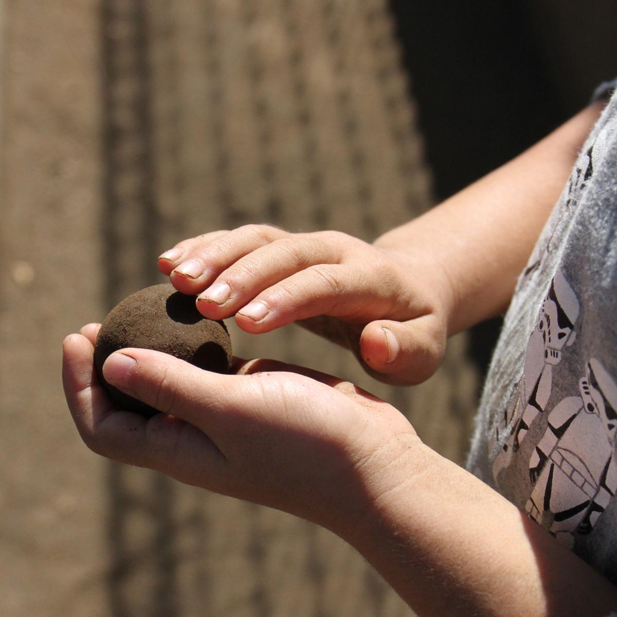所沢市のあかね保育園の午後の遊びの泥団子の画像