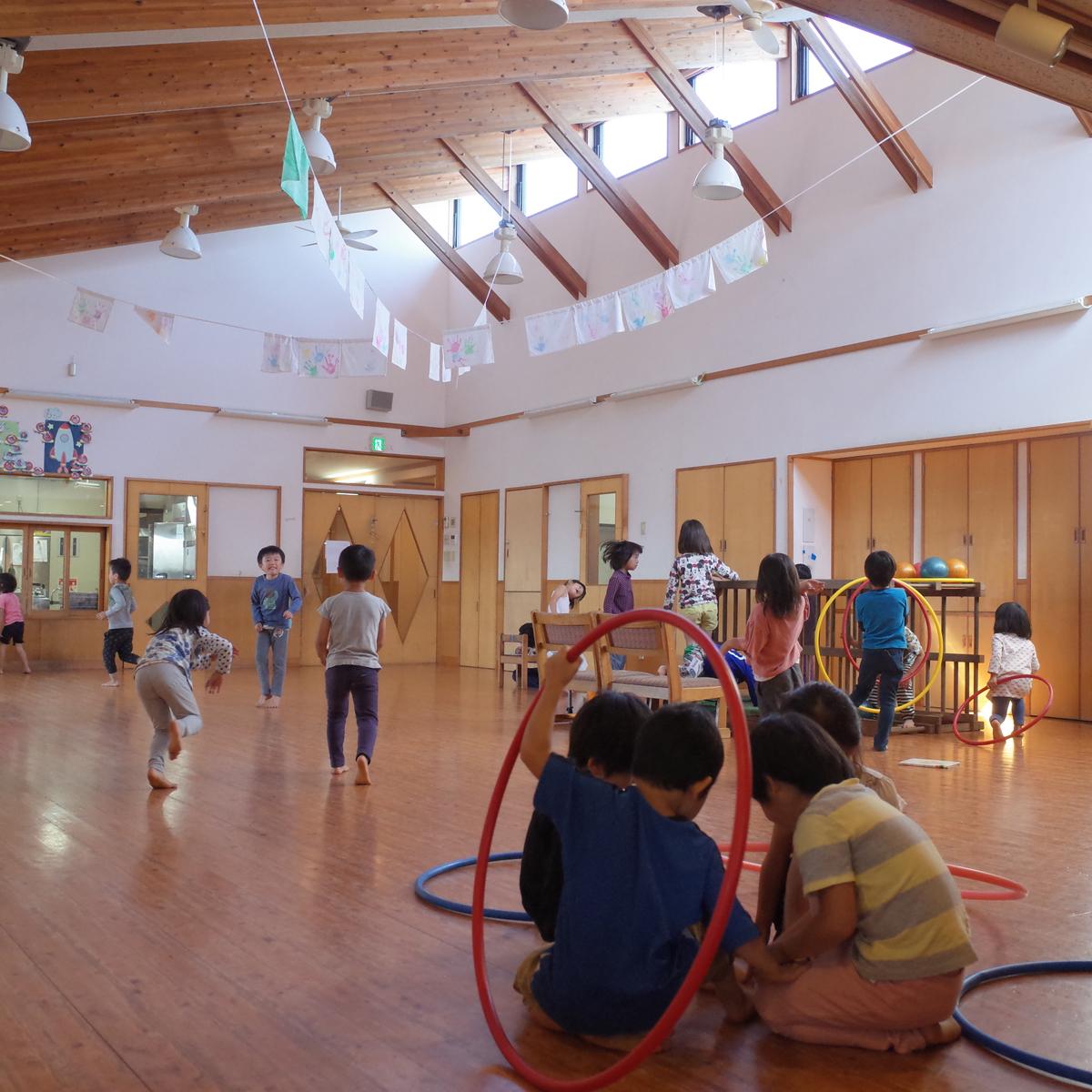 所沢市のあかね保育園の園舎のホールの画像