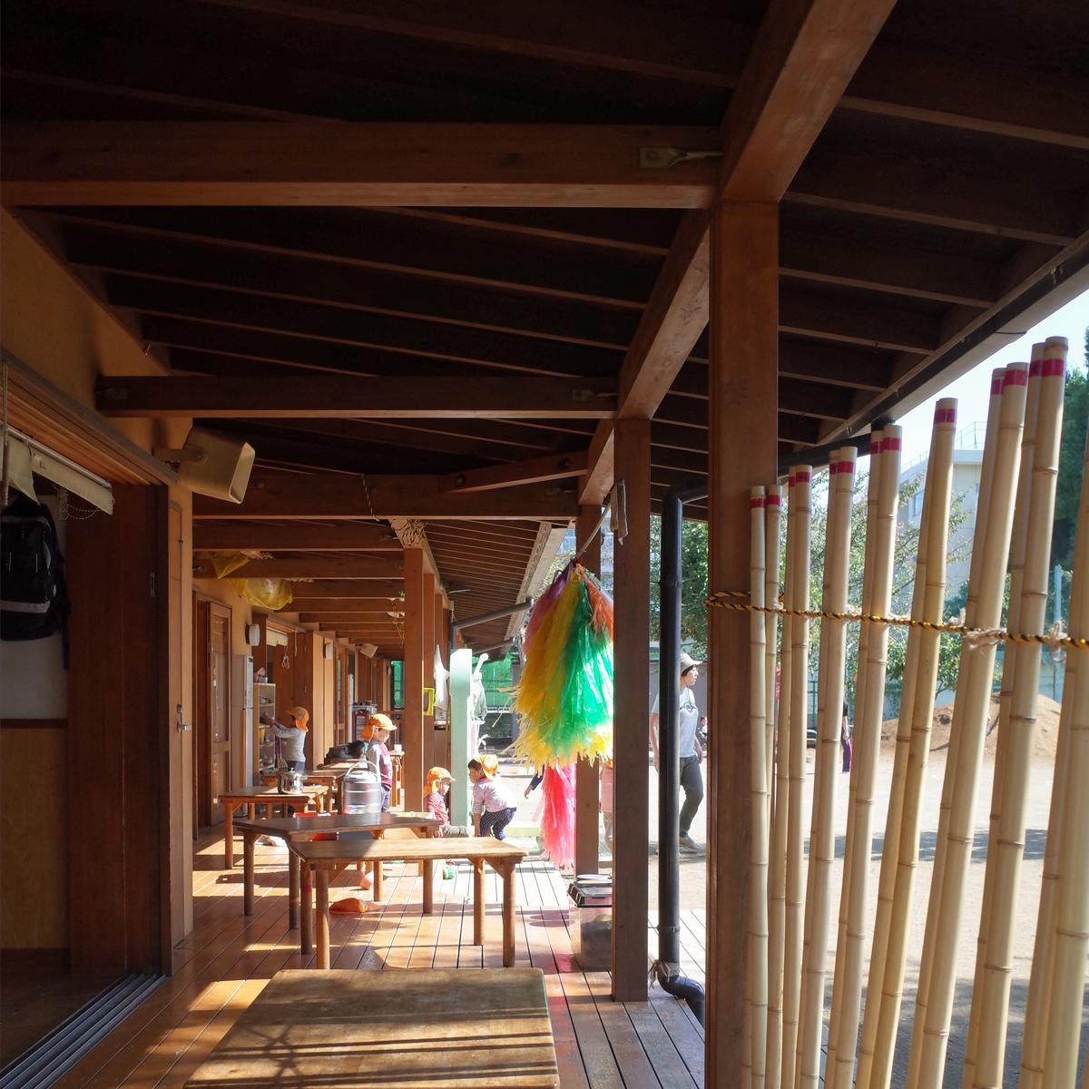 所沢市のあかね保育園の園舎のテラスの画像