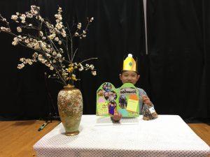 所沢市のあかねの虹保育園の2月のお誕生日会にて、担任の先生からのめせーじカードのプレゼントと、園長先生からのプレゼントの梅の花の画像