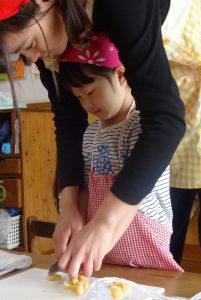 所沢市のあかね保育園の年少組・いちょう組でクッキングをし、フルーツを切っている画像