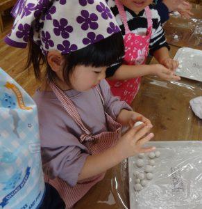 所沢市のあかね保育園の年少組・いちょう組でクッキングをし、白玉団子を作り、丸めている画像