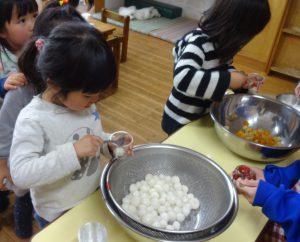 所沢市のあかね保育園の年少組・いちょう組でクッキングをし、白玉パフェを盛り付けている画像
