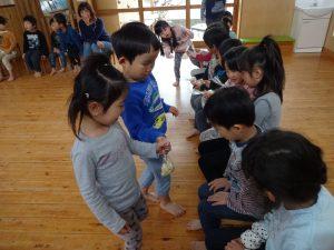 所沢市にあるあかね保育園で開かれたお別れ会でクッキーを渡す画像