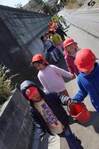 所沢市にあるあかねの虹保育園の5歳児クラスおおたかさんがお散歩で近くのトトロの森に行きカエルの卵を取ってきた写真