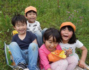 所沢市にある、自然の中に囲まれたあかね保育園で土手すべり散歩に出かけた画像