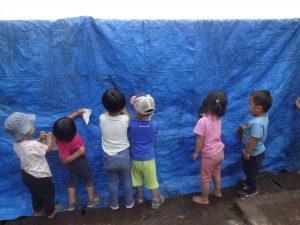 所沢市にあるあかね保育園でみずあそびやプールに向けて準備万端のうさぎ組の子どもたちの画像