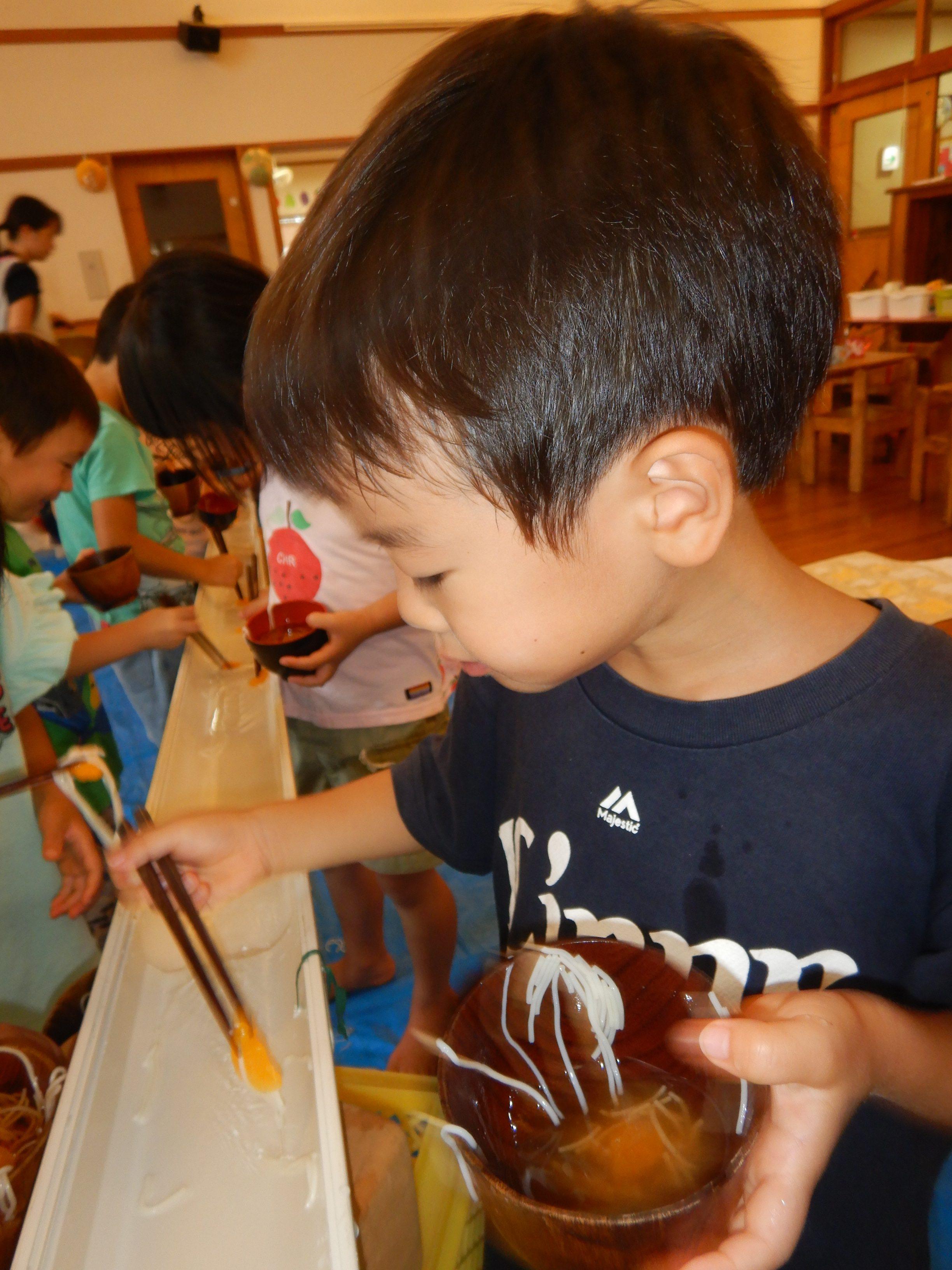所沢市のあかねの風保育園で流しそうめんをする子どもの画像
