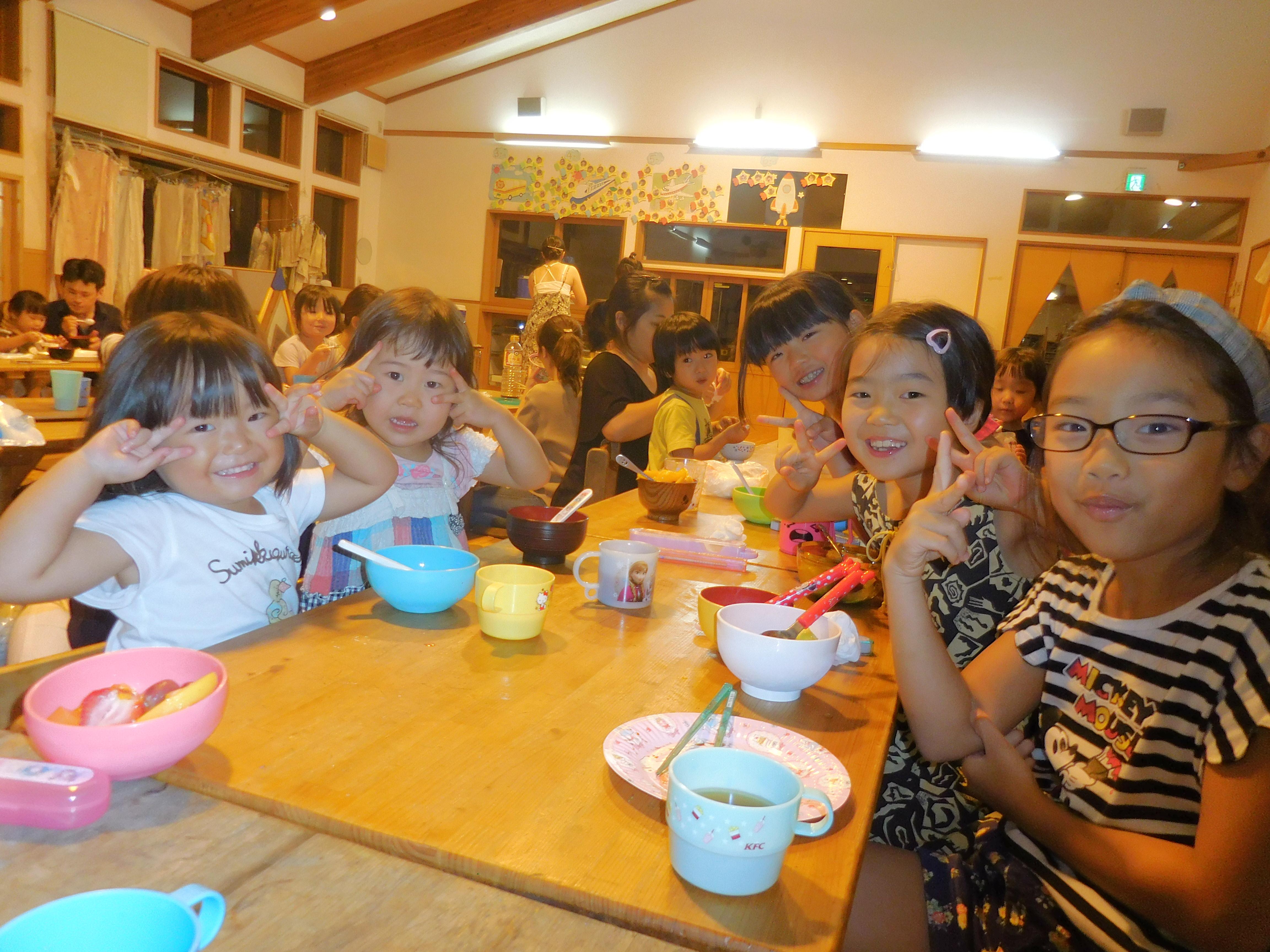 所沢市にあるあかね保育園で夕方クラス交流会でご飯をみんなで食べている画像