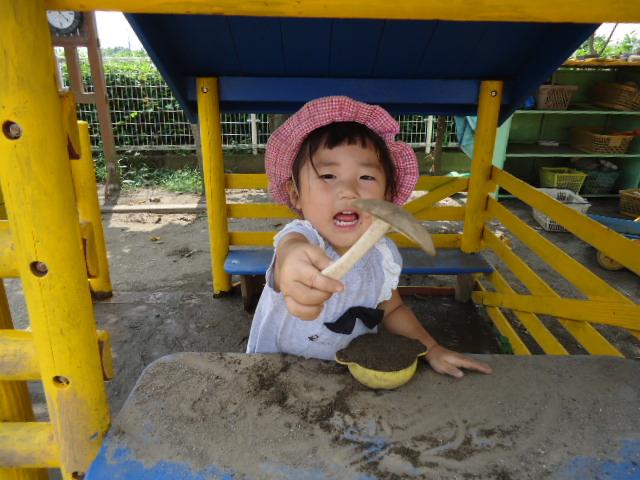 埼玉県所沢市にある、あかね保育園の1歳児が園庭で遊んでいる画像