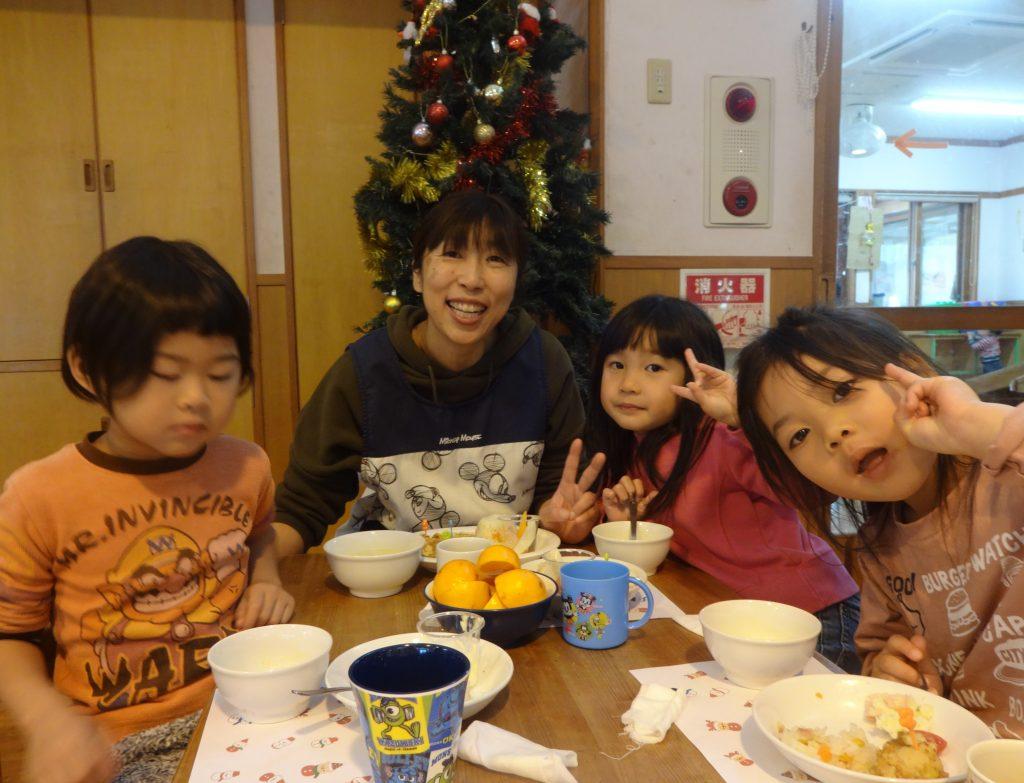 埼玉県所沢市にあるあかね保育園で行われた、12月の誕生会とクリスマス会の画像