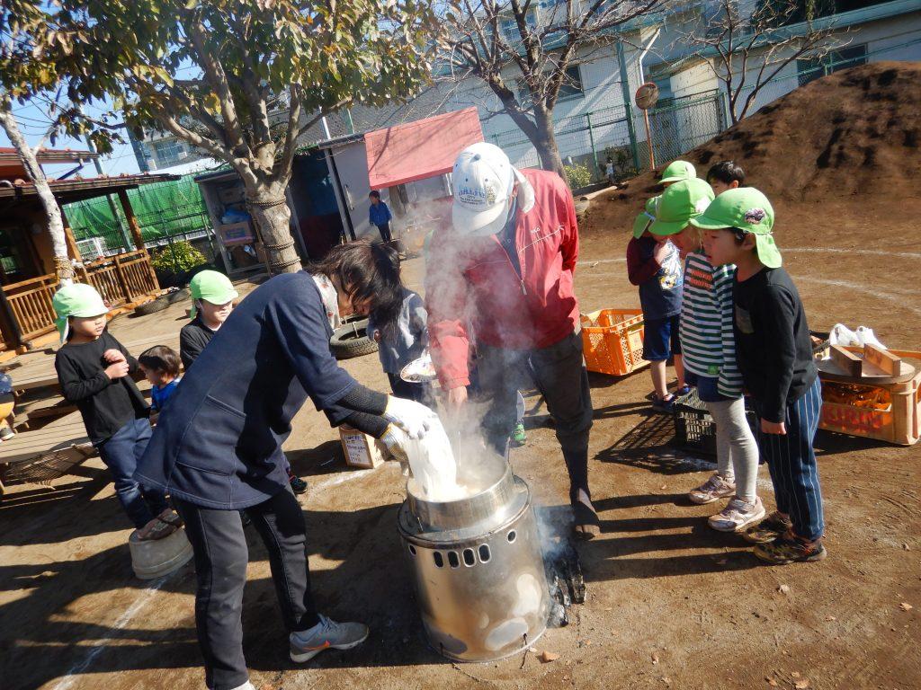 所沢市あかねの風保育園園庭で収穫祭