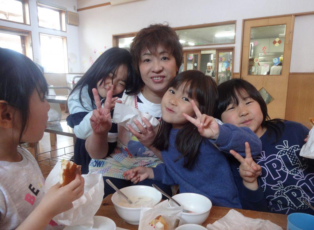 所沢市にあるあかね保育園で行われたお別れ会の日の給食の様子の画像