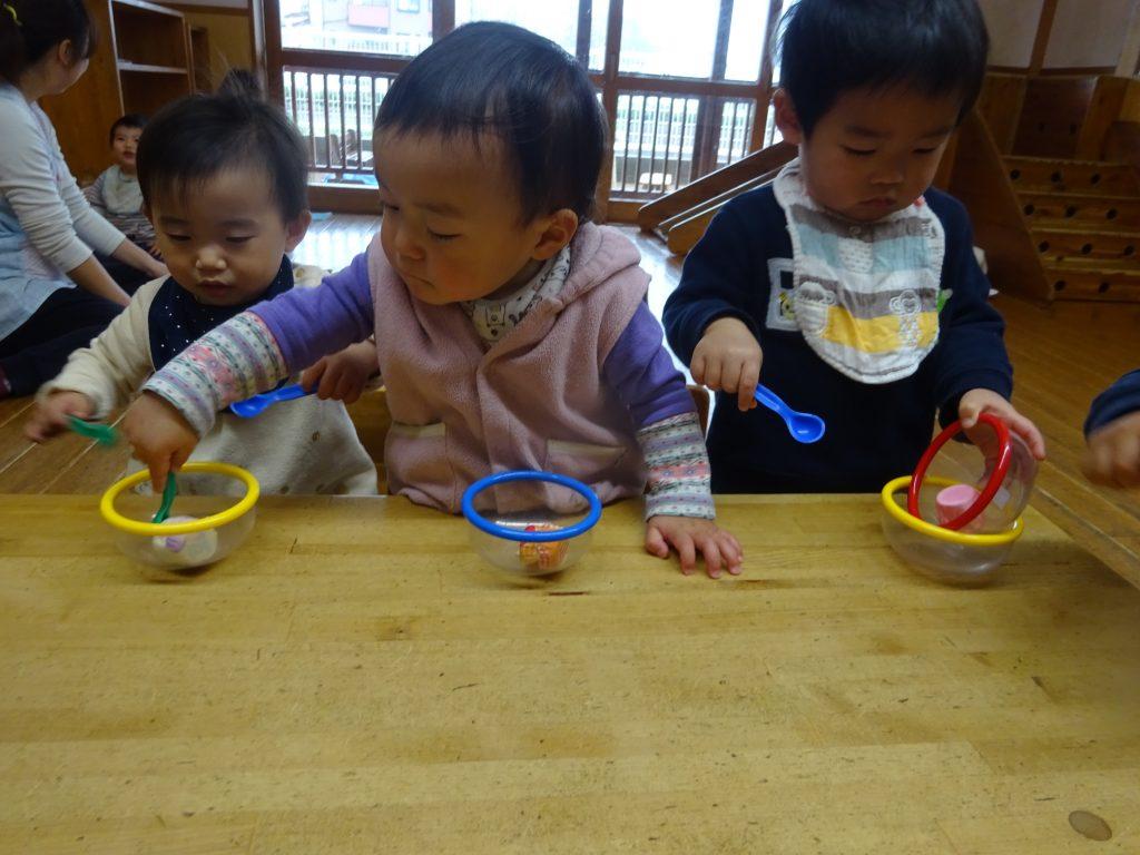 所沢市にあるあかね保育園の0歳児が絵本や室内あそびを楽しんでいる画像