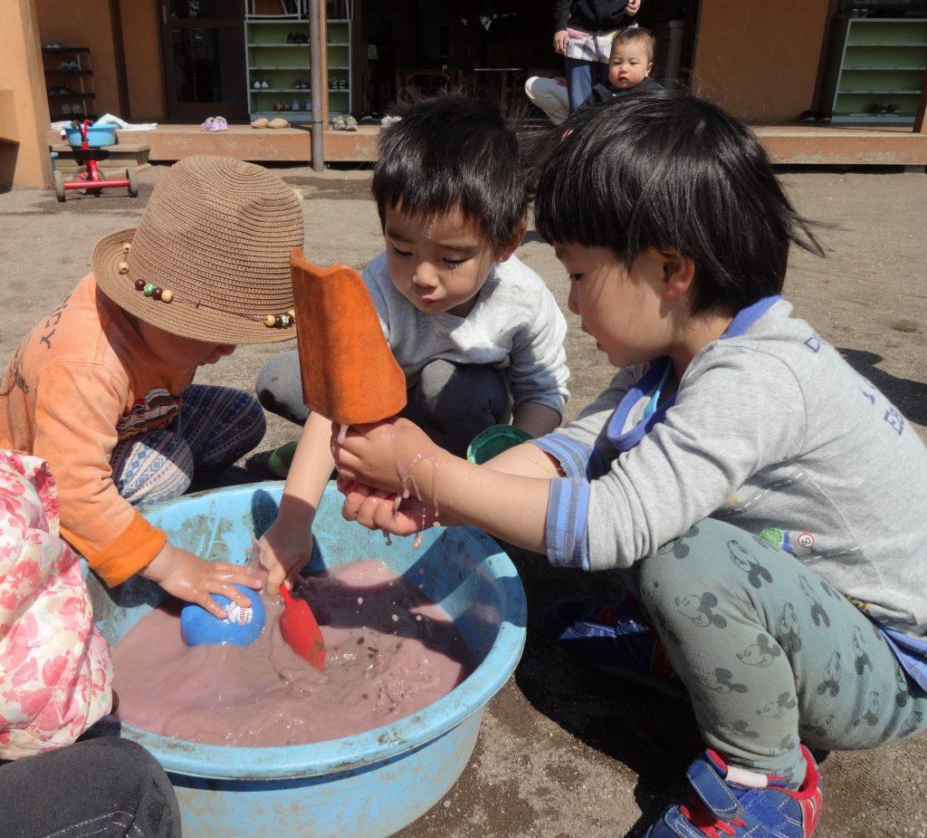 所沢市にあるあかね保育園で色水あそび