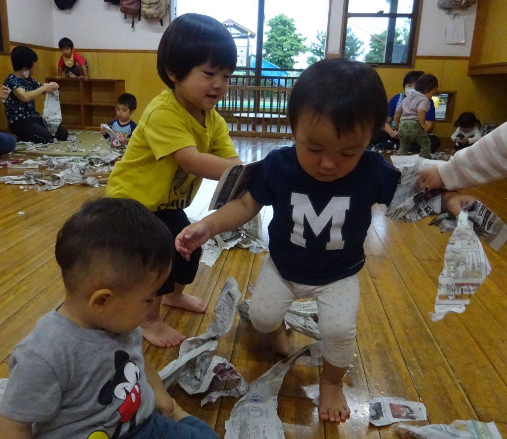 所沢市のあかね保育園で新聞紙あそびをする子どもたち