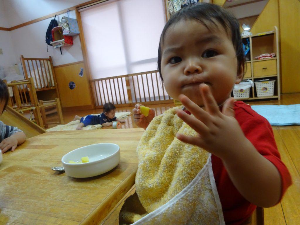 所沢市のあかね保育園でおいしい給食を食べている子どもたち