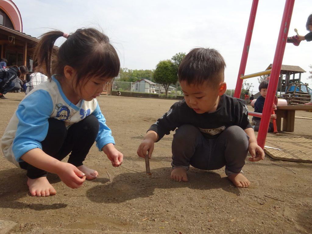 所沢市のあかね保育園の園庭であそぶ子どもたちの写真