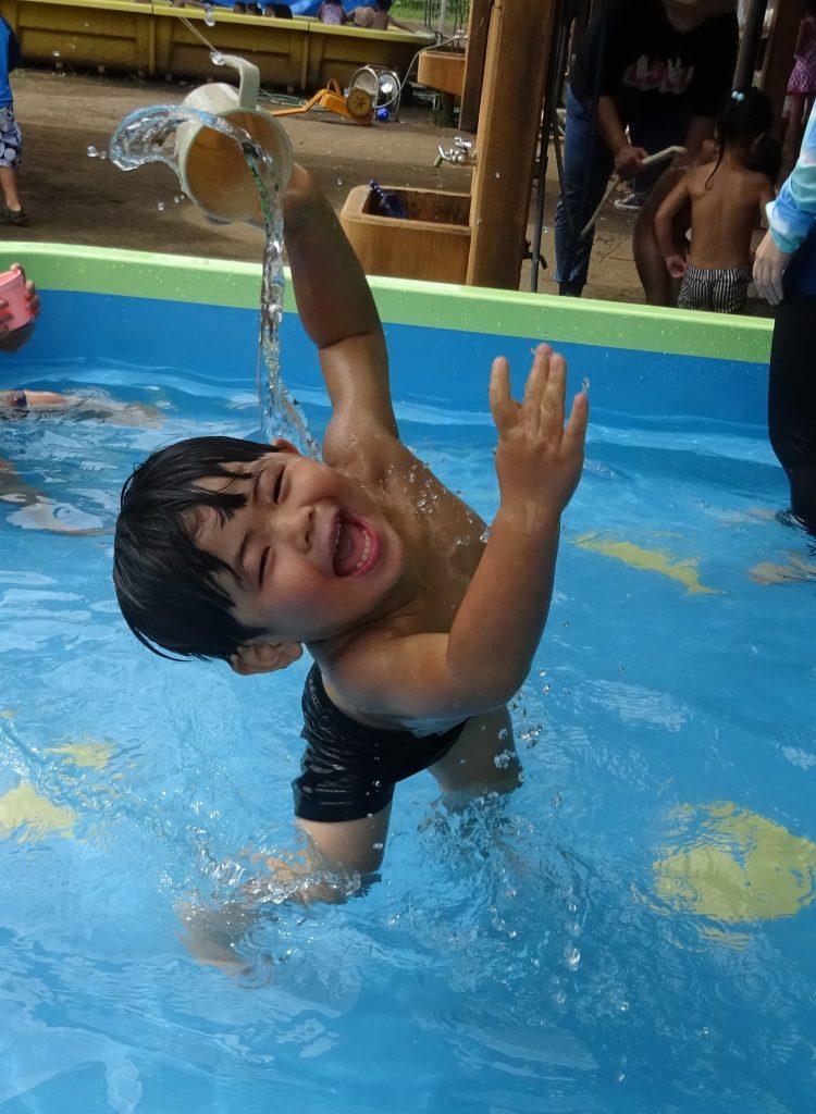 所沢市のあかね保育園でプールを楽しむ子どもたち